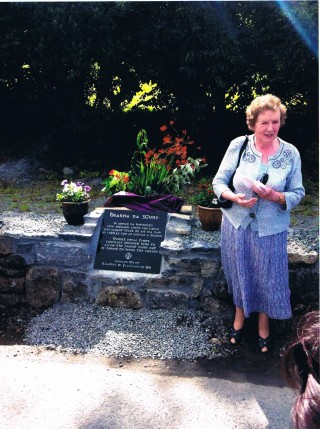 Ann Newell at unveiling of plaque at Bearna na gCorp 2011 | Photo Credit Moycullen Historical Society