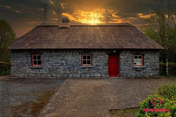 Teach ceann tuí Eireannach ag luí na gréine | Photo: Murtography