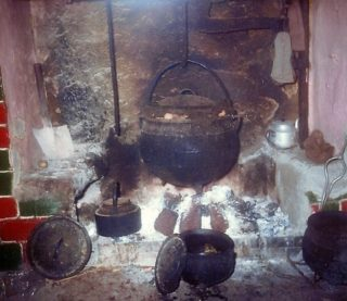 Fireplace with cooking pots | Photo: Dolly family, Dangan