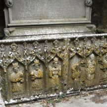 Sculpture on tomb of 7 statues including the three Magi | Photo: B. Forde