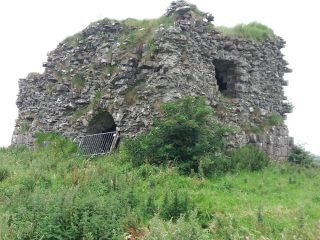 Drystone construction remains of tower house showing window opening and door opening. poor state of repair | B. Doherty 2020