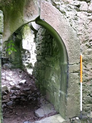 Internal doorway, pointed arch with dressed stone | B. Doherty 2020