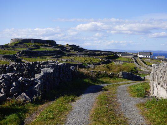 Dún Chonchúir, Inis Méain ar chlé agus teachín ar dheis le Cois Fharraige sa gcúlra | Alex Mac Seóin