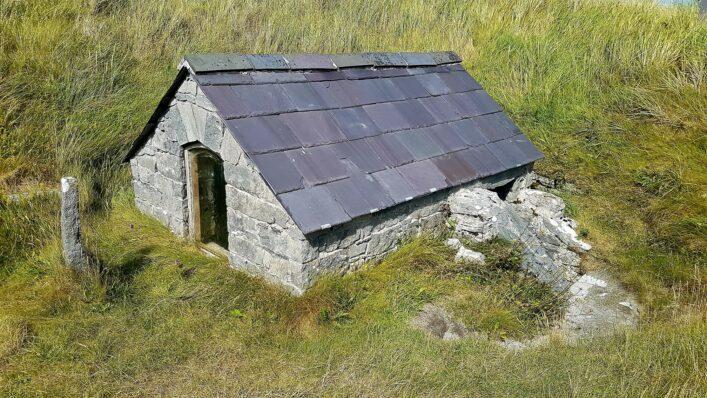 Teach Leaba (uaigh) Caomhàn | Paddy Crowe